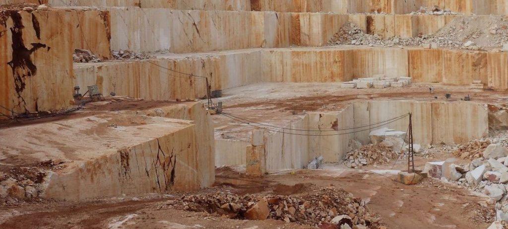 Травертин натуральный камень, который добывается из известняковых пещер и горячих источников в Турции.