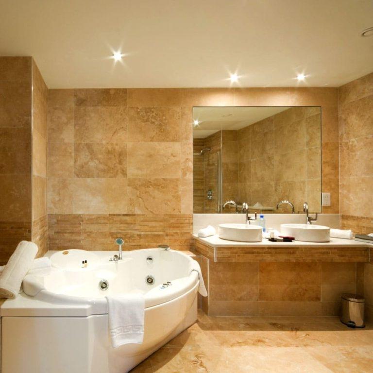 Травертин используется в основном для украшения внутренних помещений, таких как полы, стены, лестницы, ванные комнаты, душевые, столешницы и каминов в Москве и подмосковья.