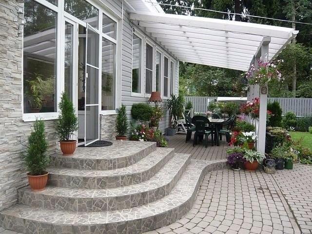 Терраса у дома и ступени из натурального камня
